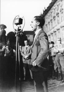 Bundesarchiv_Bild_119-2406-01,_Berlin-Lustgarten,_Rede_Joseph_Goebbels